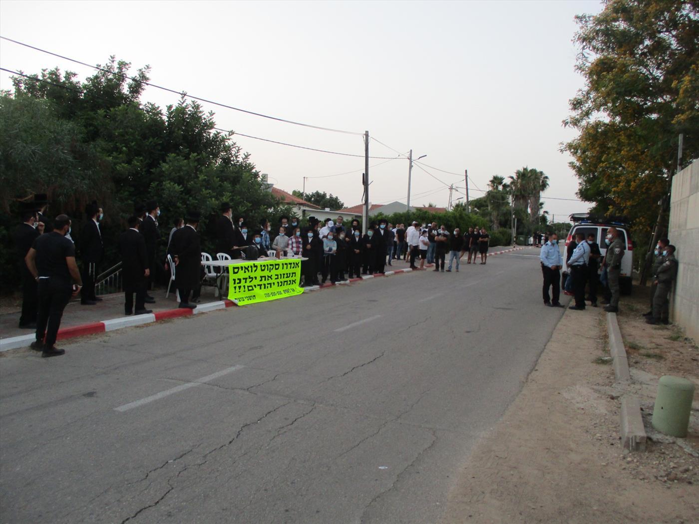 הפגנת מחאה מול ביתו של המיסיונר (אור לאחים)