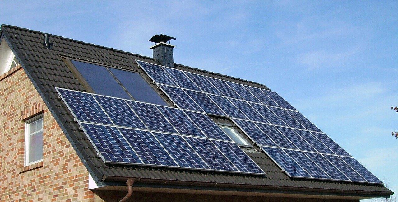 כמה כסף ניתן להרוויח מהתקנת פאנלים סולארים על גג הבית?