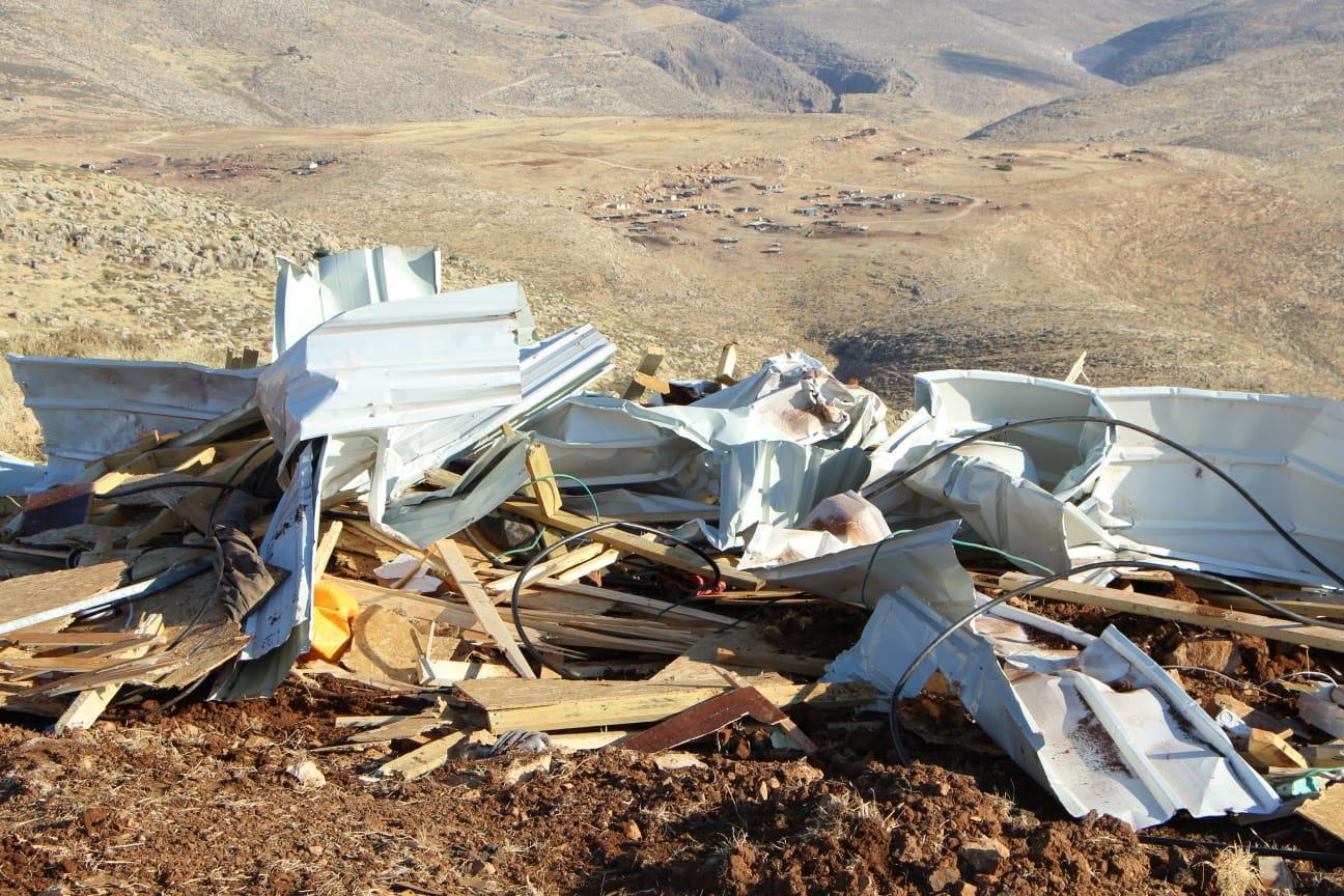 אחד הבתים שנהרסו, הבוקר. ברקע: מבנים בלתי חוקיים של בדואים (מתנאל רחמים)