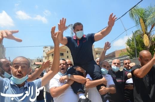 המחבל לנין אל-טורי מתקבל בכבוד בכפר קאסם, השבוע (צילום מסך)