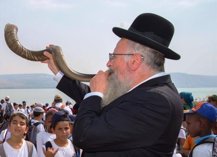 הרב שמואל אליהו תוקע בשופר