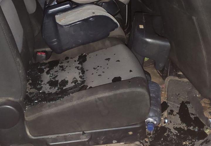 """רכב שנרגם באבנים בידי ערבים בתחילת השבוע האחרון (הצלה ללא גבולות-יו""""ש)"""