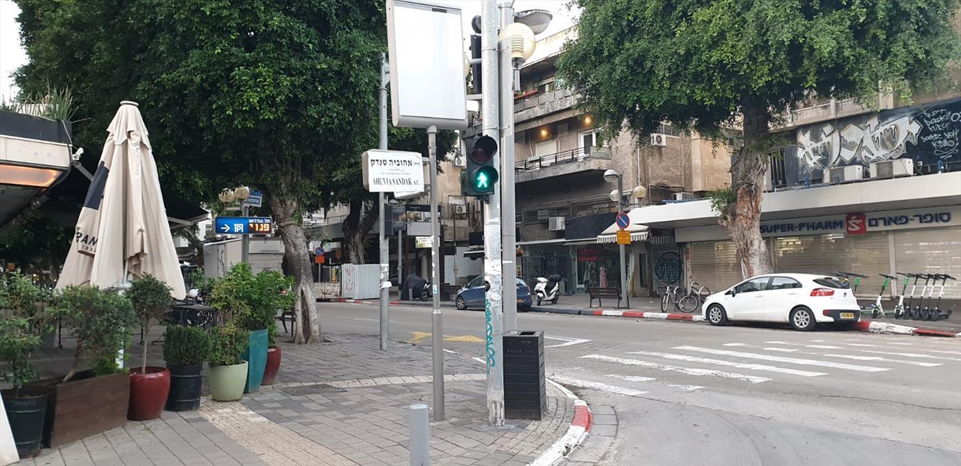 השלטים שתלו הפעילים בתל אביב (ישראל זעירא)