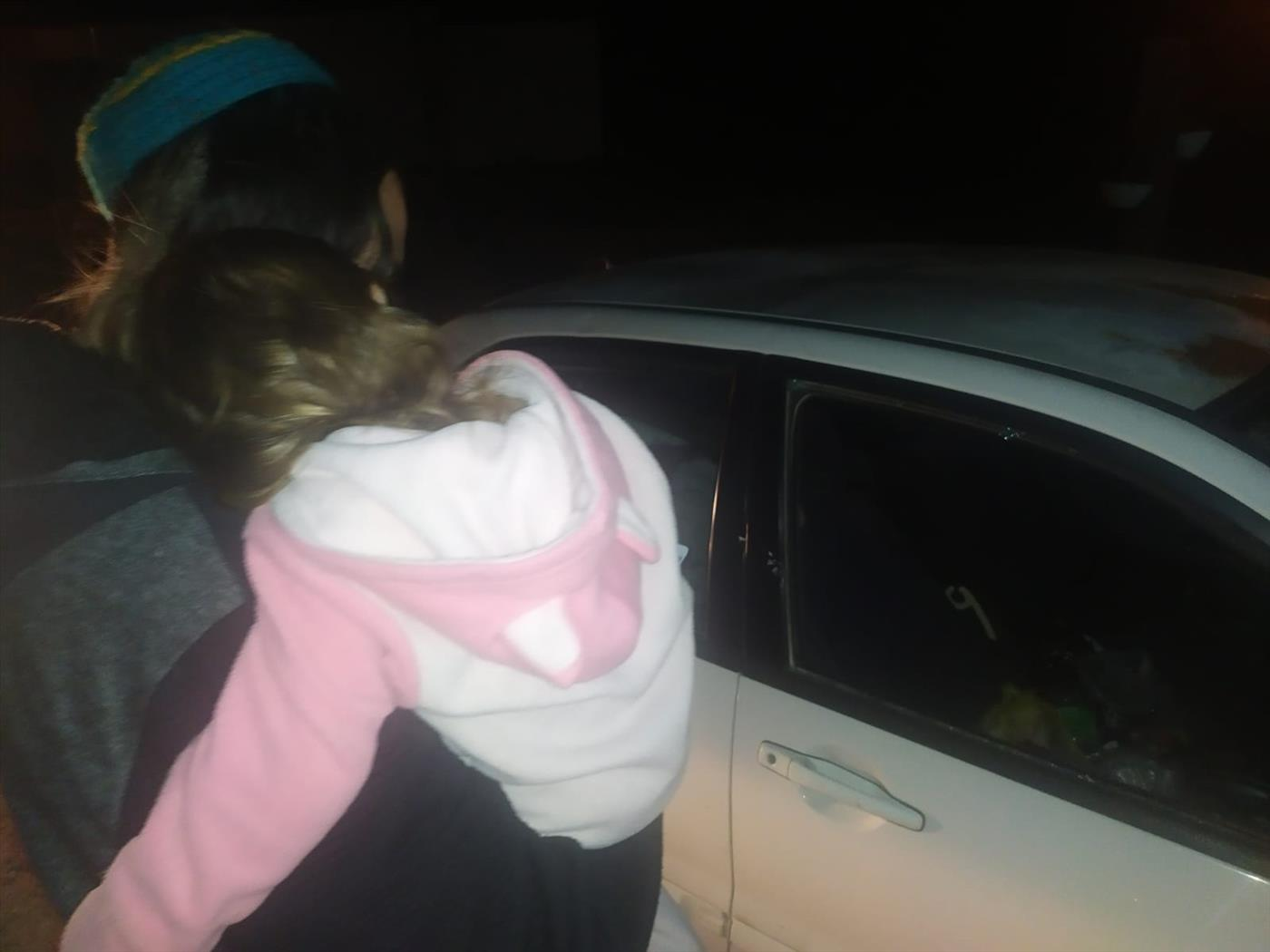 הרכב ובני המשפחה לאחר שהותקפו בחווארה (צילום: שמוליק ברום)