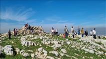 התושבים מחזקים את מזבח יהושע בהר עיבל