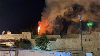 כתוצאה מירי זיקוקים: שריפה פרצה בהר הבית