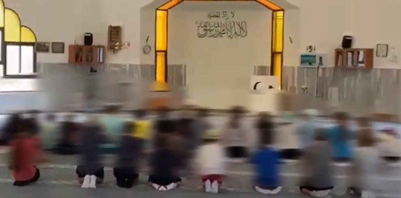ילדים בני 12 מבית ספר ברעננה הובאו למסגד וכרעו על ברכיהם