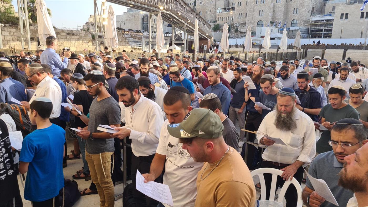 בזמן השבעת הממשלה; תפילת רבים בכותל המערבי של הר הבית