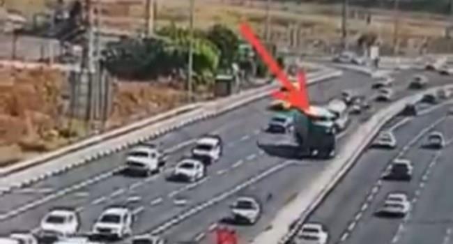 המשאית פוגעת ביניב (צילום מסך)