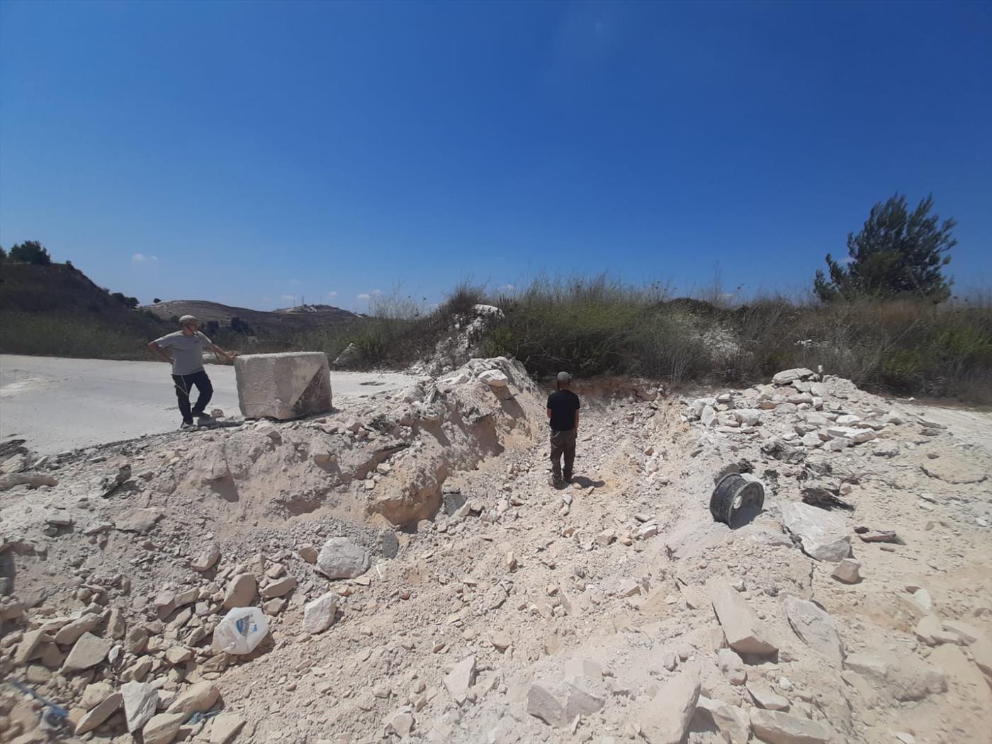 תעלות שחרצו כוחות ההרס בכביש הכניסה ליישוב חומש