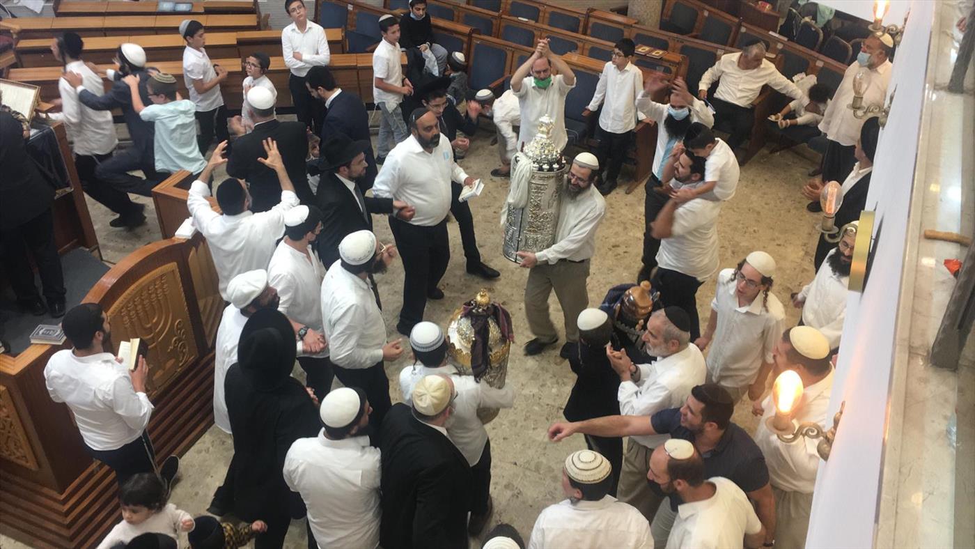 הקפות שניות בבית הכנסת היכל יעקב בירושלים (צילום: מעיין ברבי/TPS)