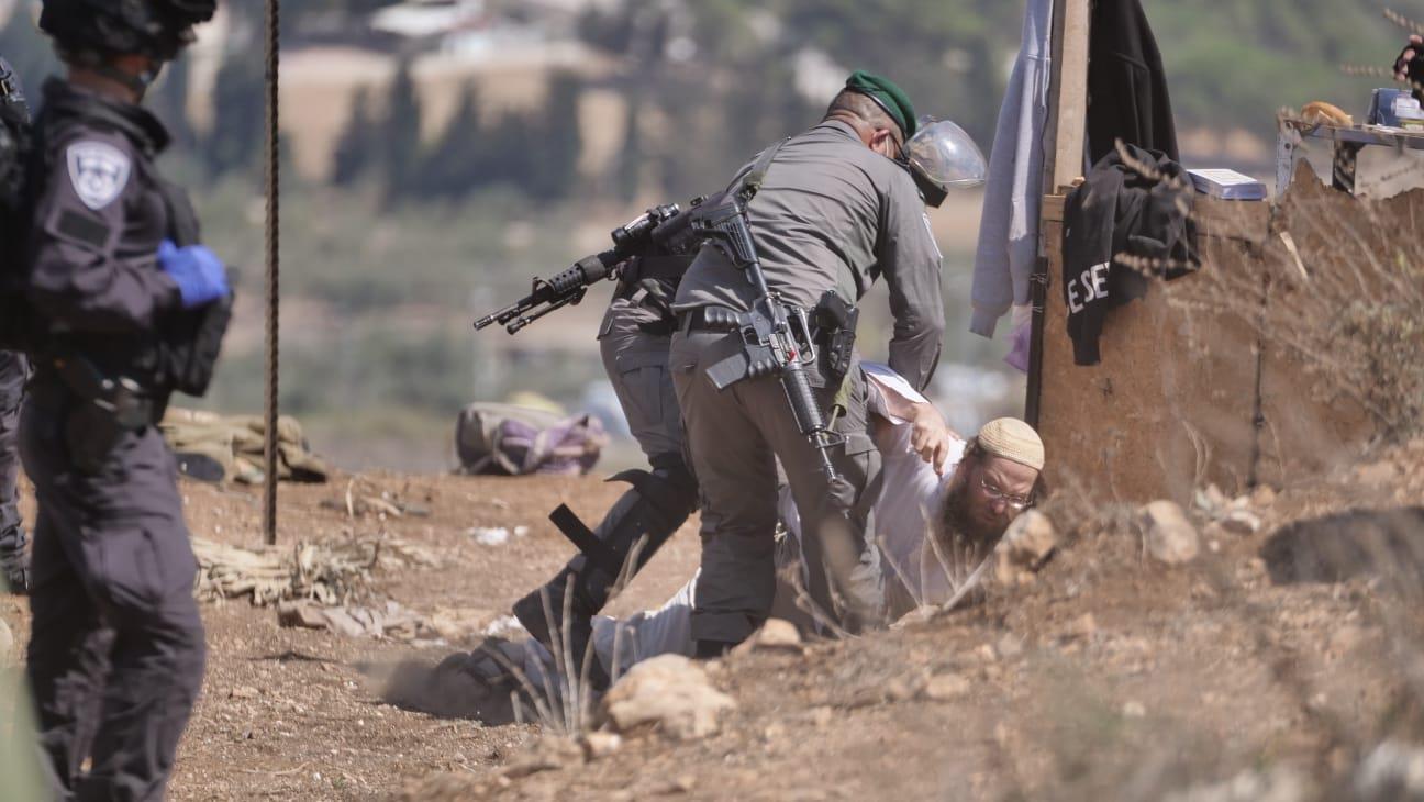 """שוטרי מג""""ב תוקפים את הנערים (צילום: אברהם שפירא)"""