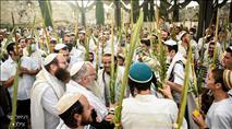 צפו: אלפים בתפילת ההלל חגיגית עם הרב שמואל אליהו