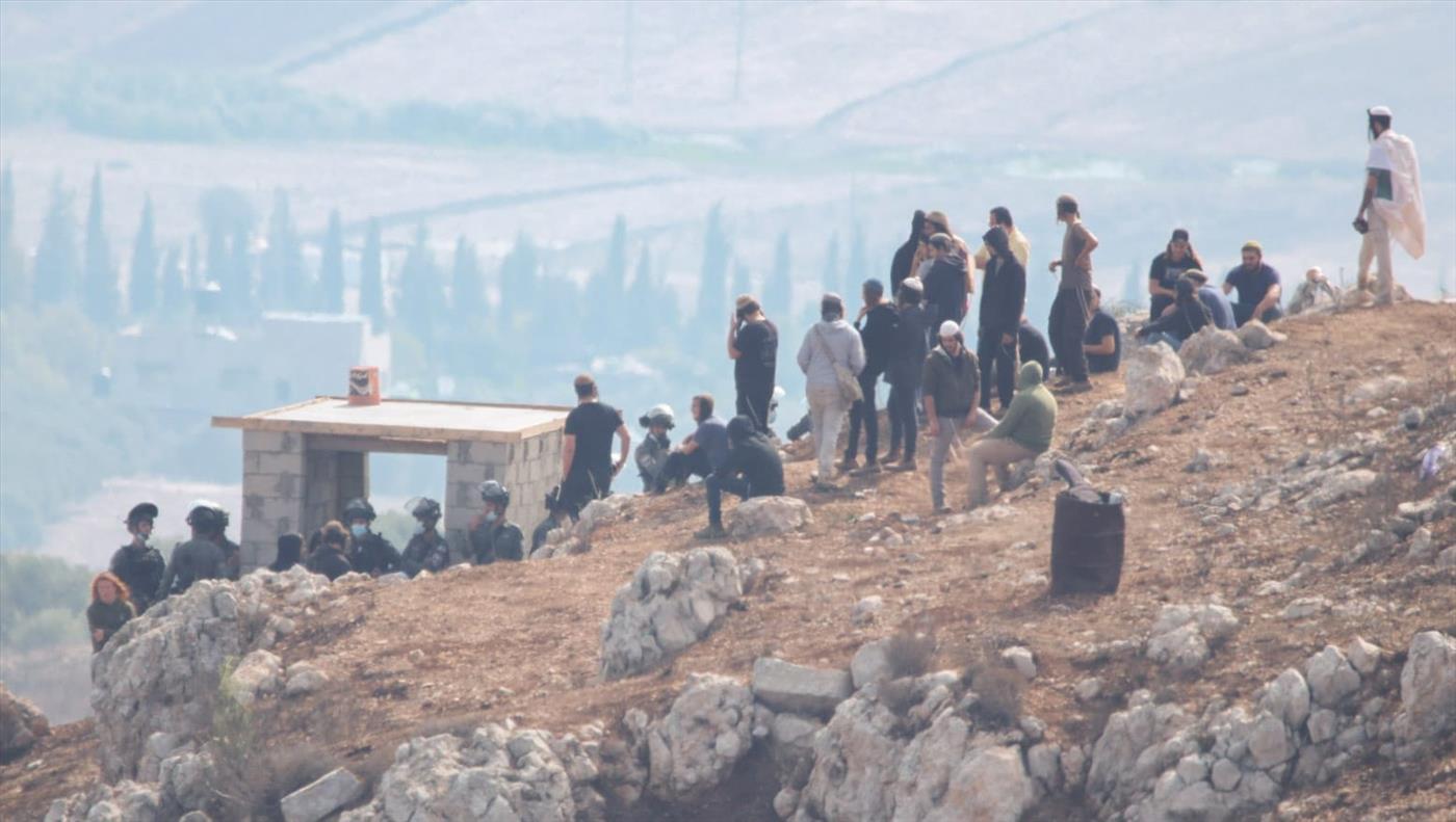 תושבים מוחים על הרס המבנה בגבעה החדשה ביצהר (קרדיט: אלעזר ריגר)