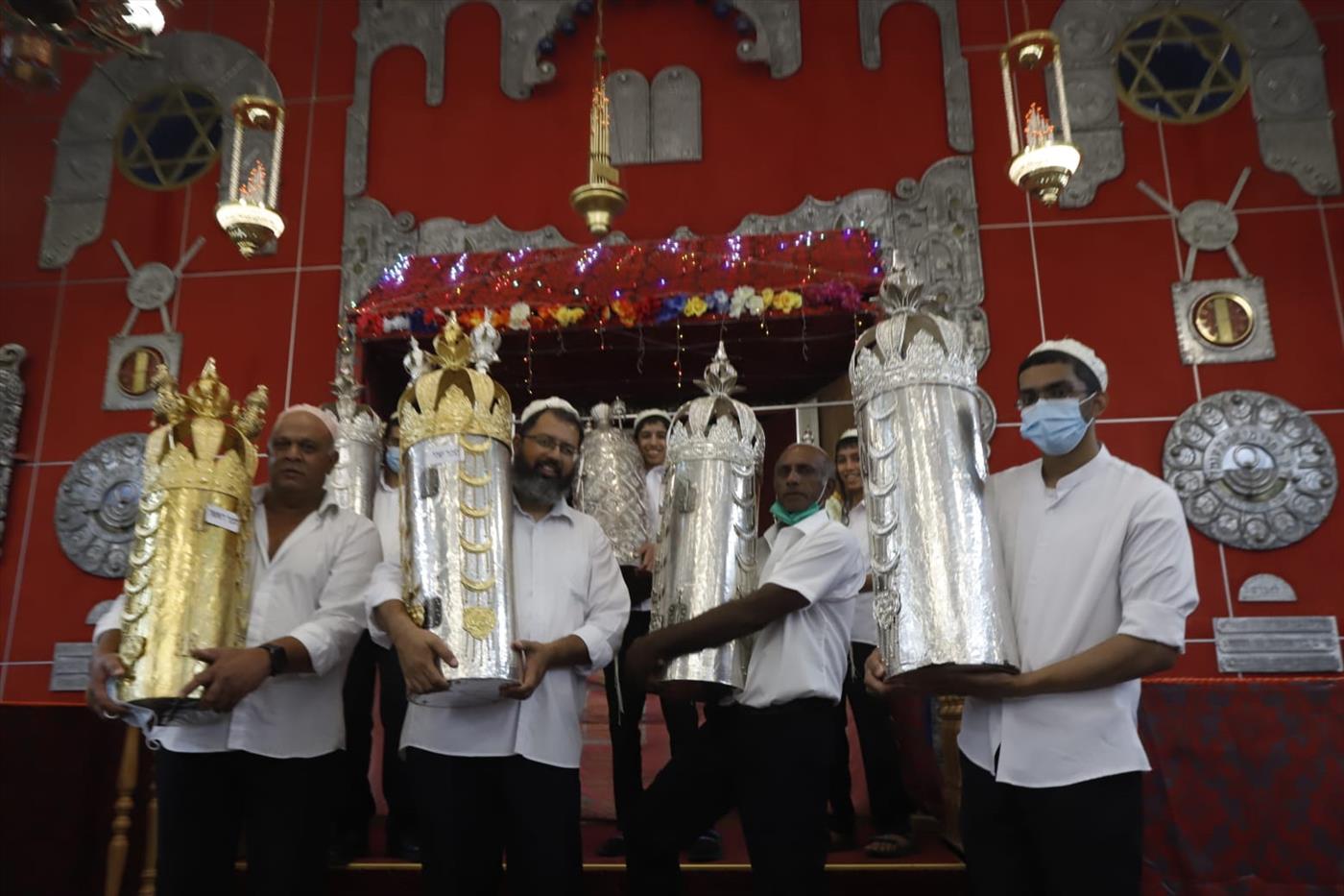 הקפות שניות בבית הכנסת ליוצאי קוצ'ין במושב נבטים שבדרום (צילום: איתן אלחדז/TPS)