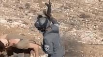 """שוטר מג""""ב תועד מכה בנשקו בראש אחד הצעירים"""