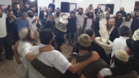 """מאות חגגו לכבוד התורה בביהמ""""ד הזמני"""