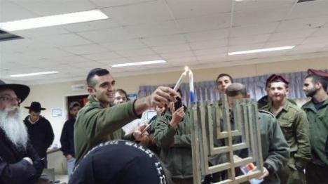 חיילים מדליקים נרות חנוכה עם תלמידי הישיבה (איציק סנדרוי)