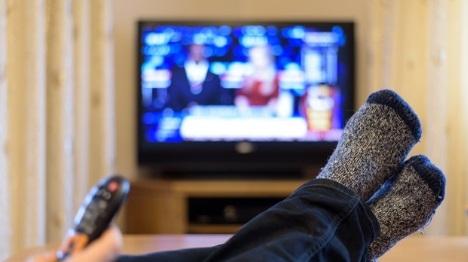 צפייה בטלוויזיה מזיקה (צילום מסך)