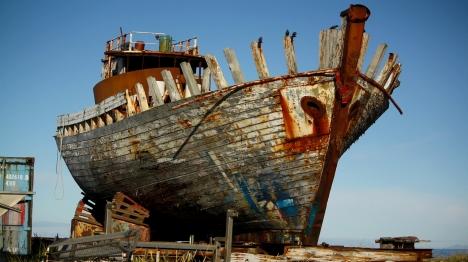 לשוט באניה הרעועה