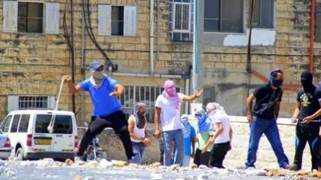 """יהודי נפצע במתקפת אבנים על ביה""""ס"""