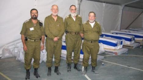 """הרבצ""""ר וויס ואנשי הרבנות הצבאית לאחר עקירת הקברים"""