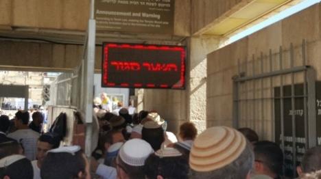 צפו: מעצר ברוטאלי של יהודים בהר הבית