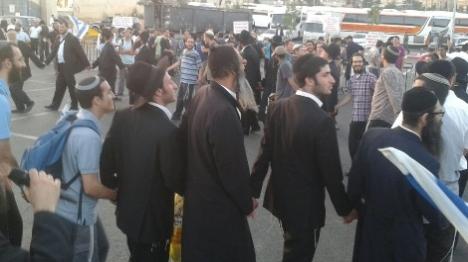 """מאות בהפגנה נגד המיסיון: """"צלם בהיכל"""""""