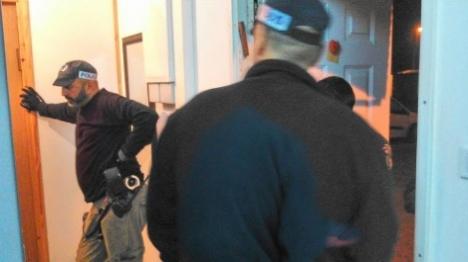 השוטרים בביתו של החשוד אתמול בעת המעצר (משטרת ישראל)