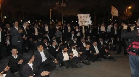 מאות הפגינו במחאה על מעצר עריק