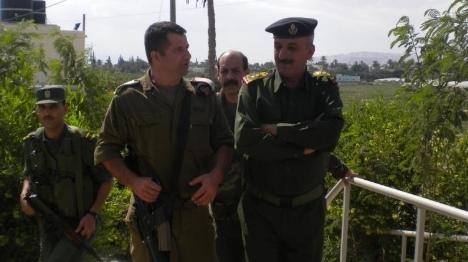 """""""שוטר פלסטיני"""" עם קצין צה""""ל. למצולמים אין קשר לכתבה (ארכיון)"""