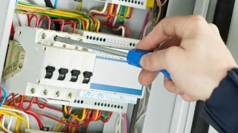 התחזו לעובדי חברת חשמל והזיקו לחברה