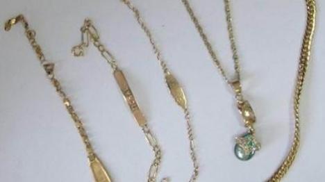 התכשיטים שנתפסו בכיסיו של התייר באשדוד (דוברות המשטרה)