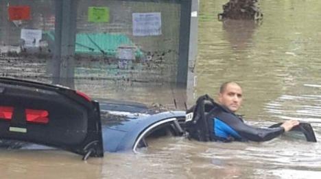 שוטר מחפש לכודים במכונית באשקלון. (דובר המשטרה)