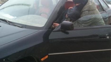 השודד פתח בנסיעה כשהנערה בתוך הרכב