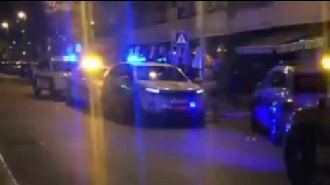 ניידות משטרה בפתח האולם (צילום מתוך הפייסבוק של מאי גולן)