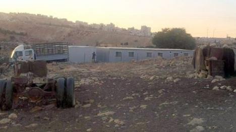 הקראוונים שהציבו ערבים בכביש אדם-חיזמא אמש (רגבים)