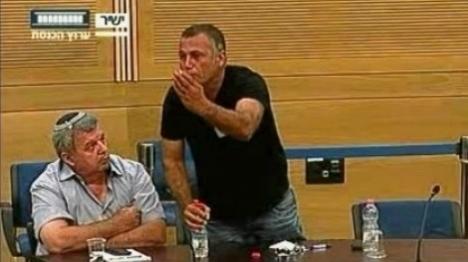 תושב דרום תל אביב מתפרץ לדיון בכנסת (ארכיון. למצולמים אין קשר לכתבה)