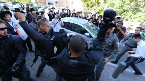 צפו: שוטר מאיים באקדח על מפגינים בירושלים