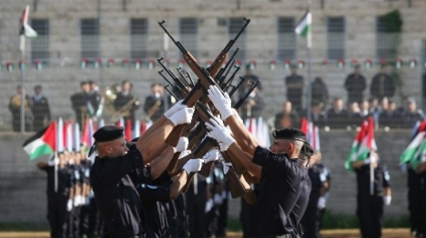 שוטרים 'פלסטינאים' עם רובים שלופים בירושלים