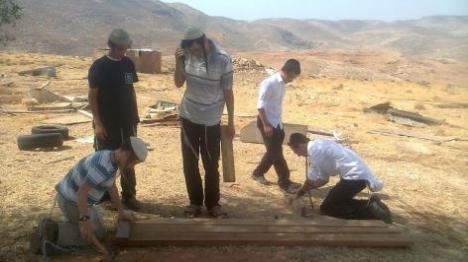 בונים במחנה (מלאכי, ארי ישאג)