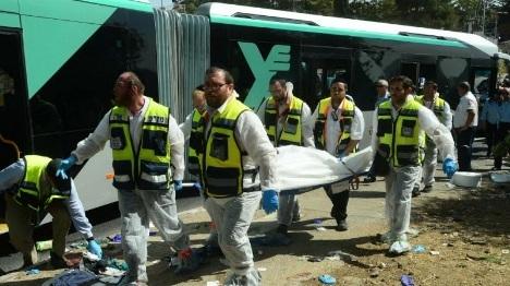 """""""אין הבדל בין דם לדם"""". זירת פיגוע אוטובוס בירושלים. ארכיון צילום: קובי גדעון לע""""מ"""