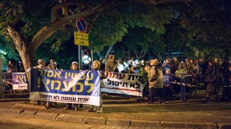מאות הפגינו מול ביתו של השר בנט