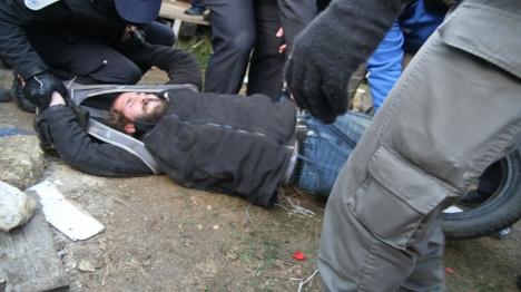 """אלימות קשה בעמונה: """"שוטרים נותנים מכות רצח"""""""