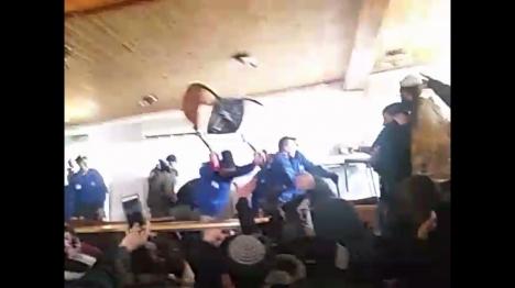 תיעוד: שוטר משליך כיסא על מתיישבים בעמונה