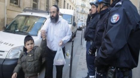 """צרפת: יצא מקריאת מגילה והותקף: """"יהודים מסריחים"""""""
