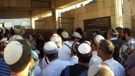 """""""הכניסה ליהודים בקבוצות קטנות בלבד"""""""