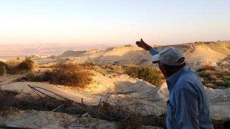 """ד""""ר חגי בן ארצי בהסבר אל מול הר נבו (צילום: תרבות ומורשת יריחו)"""