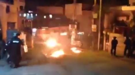 צפו: שוטרים מותקפים ולא מגיבים