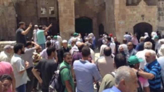 לנוכח המשטרה: עשרות ערבים מגדפים יהודים